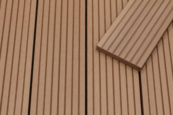 WPC Terrassendielen massiv, hellbraun, grob genutet, 22 x 143 bis 4800 mm, Vollprofil für 8,95 €/lfm